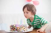 Beautiful adorable four year old boy in green shirt, celebrating — Zdjęcie stockowe