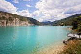 Beautiful green water of Lake Castillon reflects the sky and woo — Stock Photo