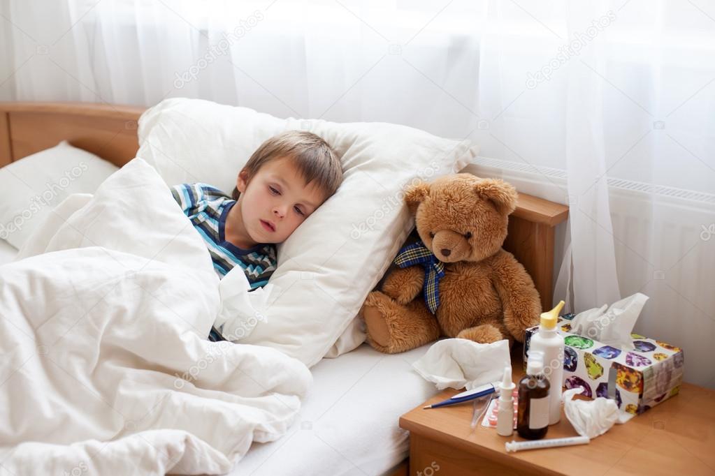 Niño Niño Enfermo Acostado En La Cama Con Una Fiebre