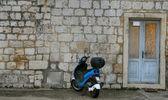 Ciclomotore davanti casa di pietra — Foto Stock