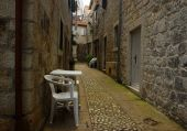 Old Romantic Street with Plastic Chairs — Stockfoto