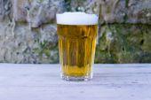 Glass of Beer with Brick Wall — Zdjęcie stockowe