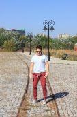 站在一个公园,在汗水中戴着墨镜的男性少年 — 图库照片