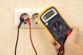 Metering voltage with digital multimeter — Stock Photo