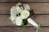Wedding bouquet of white roses on a wooden table. top view — Stock Photo