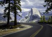 On the road to El Capitan — Stock Photo