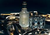 Parfém na zlatém pozadí — Stock fotografie