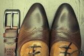 Коричневые ботинки мужские и пояса крупным планом — Стоковое фото