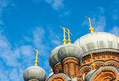 Купола церковь на фоне голубого неба. — Стоковое фото