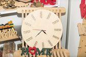 Relógio de madeira feito à mão — Fotografia Stock