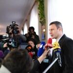 Vitali Klitschko talking to journalist after vote in Kiev, Uktr — Stock Photo #56472149