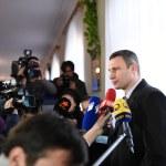 Vitali Klitschko talking to journalist after vote in Kiev, Uktr — Stock Photo #56472257