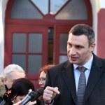 Vitali Klitschko talking to journalist after vote in Kiev, Uktr — Stock Photo #56472263