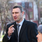 Vitali Klitschko talking to journalist after vote in Kiev, Uktr — Stock Photo #56472455