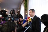 Vitali Klitschko talking to journalist after vote in Kiev, Uktr — Stock Photo