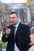 Vitali Klitschko talking to journalist after vote in Kiev, Uktr — Stock Photo