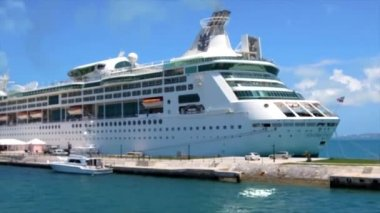 Royal Caribbean cruise ship — Vídeo de Stock