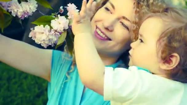 Madre y el bebé en el parque — Vídeo de stock