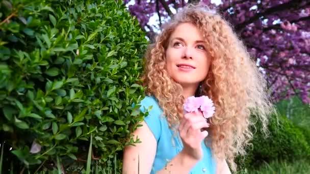 Belle femme dans le parc — Vidéo