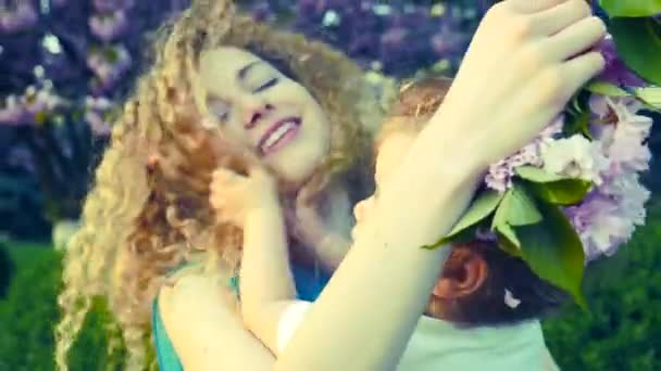 Anya és a baba a kertben — Vídeo de stock