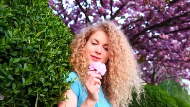 Mujer hermosa en el jardín — Vídeo de stock