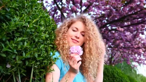 Mujer hermosa en el parque — Vídeo de stock