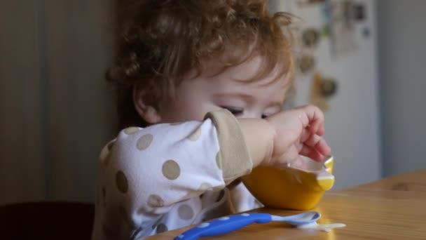 Niño comiendo yogurt — Vídeo de stock