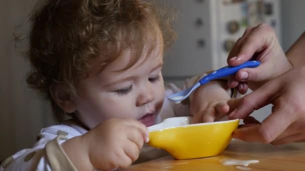 Baby eating yogurt — Vidéo