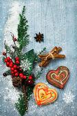 Juldekorationer och pepparkakor — Stockfoto