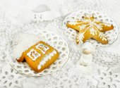 Christmas gingerbreads and decor — Stock Photo