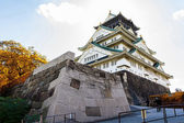Osaka Castle in Osaka with autumn leaves. — Stok fotoğraf