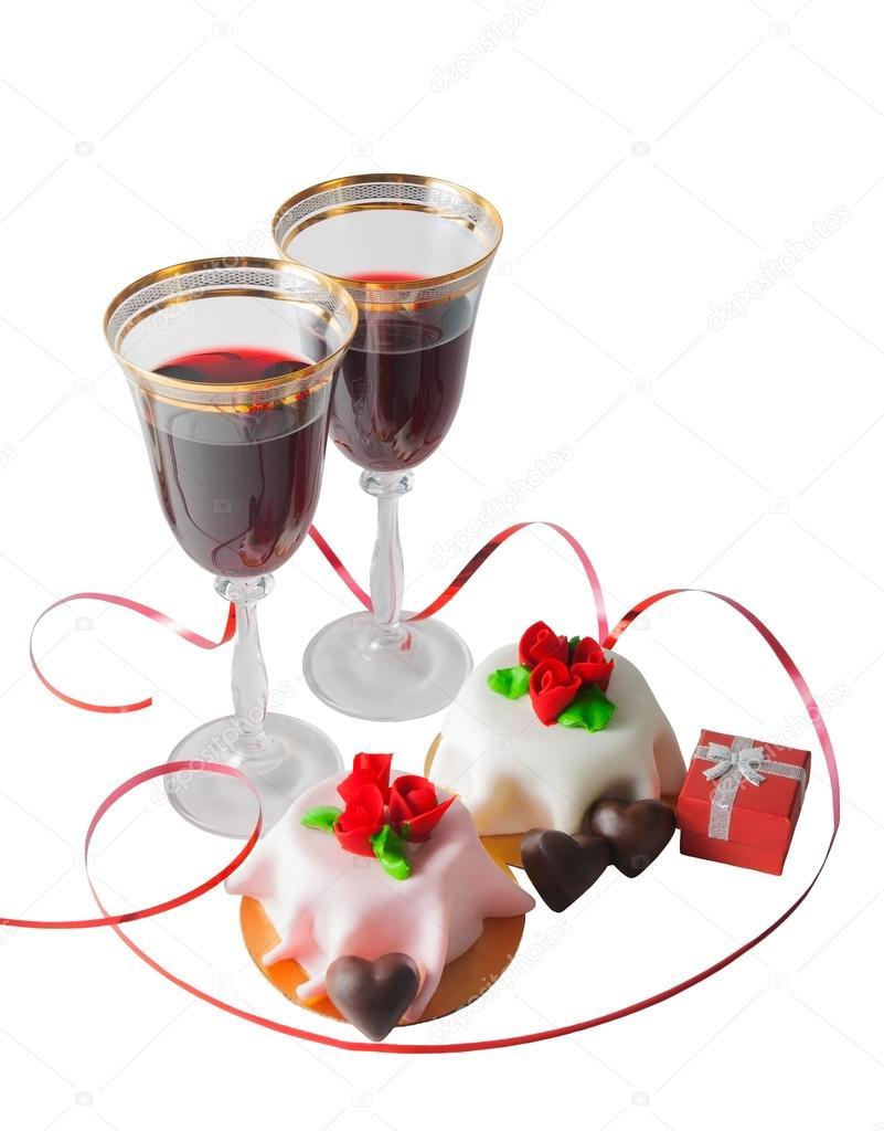 Copas de vino tinto, caja de regalo y pastel con rosas de mazapán
