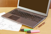 Laptop, pen and highlighters on office desk — 图库照片