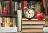 Książki na drewniane biurko — Zdjęcie stockowe