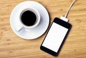 Кофейная чашка и смартфон — Стоковое фото