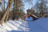 Cross the bridge. Alexander Park. City Pushkin (Tsarskoye Selo). Russia. — Stock Photo
