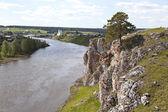 Rocky river Chusovaya na aldeia de Sloboda. Região de Sverdlovsk. Rússia — Fotografia Stock