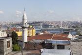 Minaret Samani Virani and the Golden Horn metro bridge. Istanbul — Stockfoto