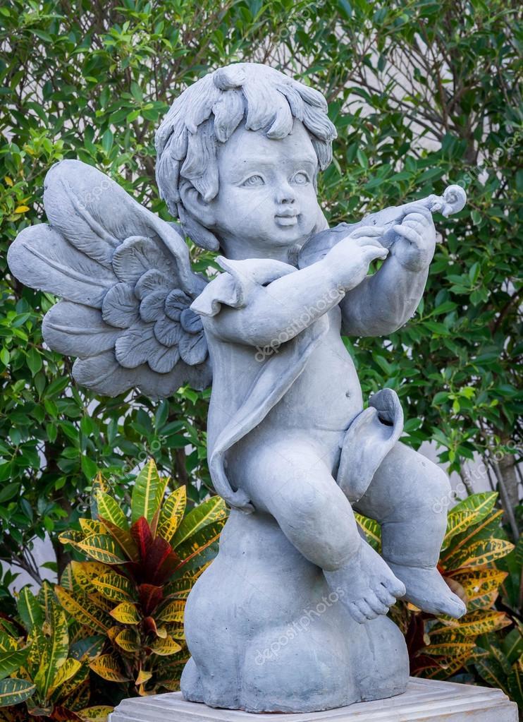 年轻的角度,丘比特雕塑– 图库图片
