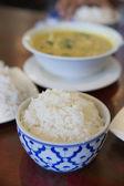 Tailandês arroz de grãos longos cozido em tigela antiga — Fotografia Stock