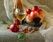 Verre de vin blanc, les nectarines et les noix de Grenoble — Photo