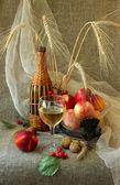 Vaso de vino blanco, nectarinas y nueces — Foto de Stock
