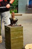 Yunque y martillo en él — Foto de Stock