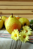 Ripe pears and autumn chrysanthemum — Stock Photo