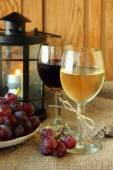 Two glasses of wine and grapes — Foto Stock