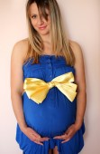 Pregnant woman in a dress with a bow — Fotografia Stock