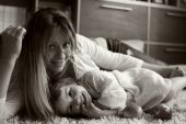 Daughter with her mother laughing and cuddling with happy faces — Fotografia Stock