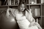Pregnant woman leaning on a rubber balloon — Fotografia Stock