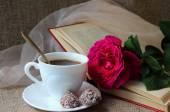 Rosa, una taza de café y libro — Foto de Stock