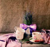 ラベンダーの花束と紅茶のカップのある静物 — ストック写真